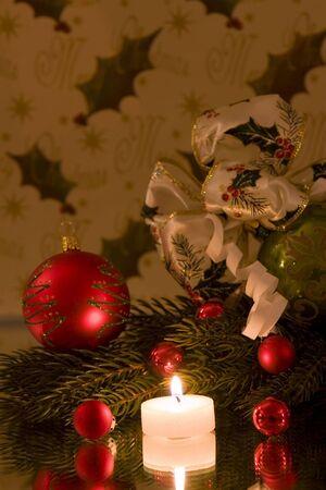 branche pin: Une d�coration de No�l traditionnel, avec boule de No�l avant No�l li�s � celle-ci, branche de pin, de copier l'espace  Banque d'images