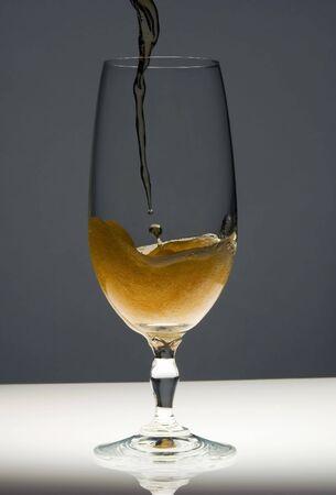 espumante: Cerveza que se vierte en un vaso  Foto de archivo