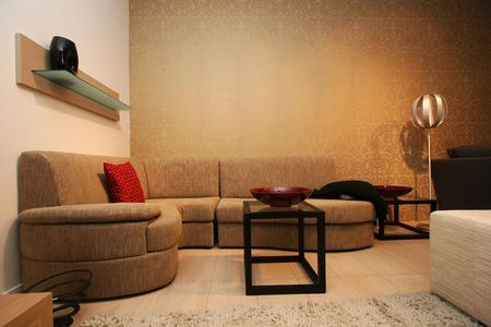 거실, 깨끗하고 정리 된 현대적인 디자인, 큰 코너 소파 및 장식.