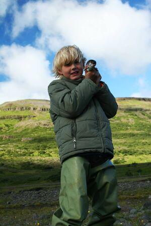 botas altas: Un niño con una trucha que acaba de captura, muy orgulloso mostrando Foto de archivo
