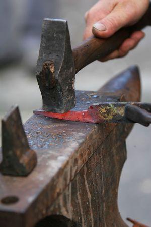 장인  대장장이 작업용 금속 망치와 모루 및 단조로 단조로운 방식으로