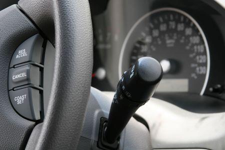 현대 자동차 핸들과 컨트롤의 자른 샷