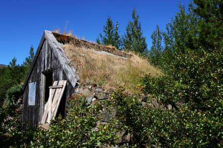 in disrepair: Una montagna di cabina in rovina circondato da alberi e la crescita  Archivio Fotografico