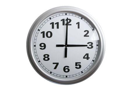 o�??clock: Un elegante reloj de pared que muestra las 3 de la tarde, aislados en blanco