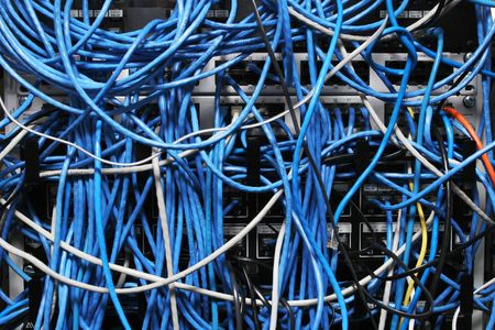 disordine caotico di tutti i cavi di rete tangled insieme