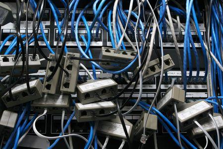 groviglio: disordine caotico di tutti i cavi di rete insieme aggrovigliato Archivio Fotografico