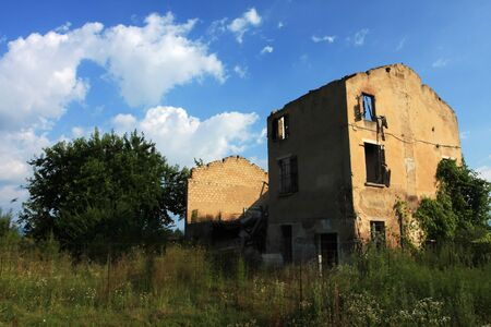 abandoned farmhouse abandoned farmhouse: Abandoned farmhouse in Italy, overgrown and without roof and walls