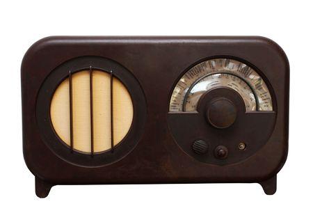 Une radio vintage très âge et usée isolée sur blanc