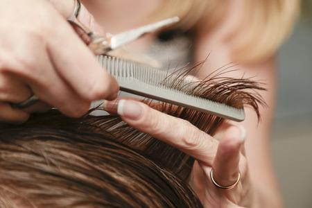 Primer plano de un corte de pelo en una peluquería