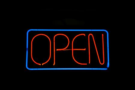 Neon teken lezen open op zwart Stockfoto