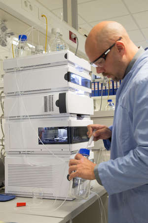 metodo cientifico: cient�fico que trabaja con algunos equipos de investigaci�n Foto de archivo