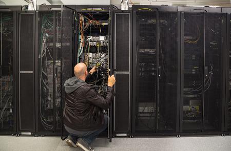 서버 룸의 일부 문제를 해결하는 네트워크 관리자