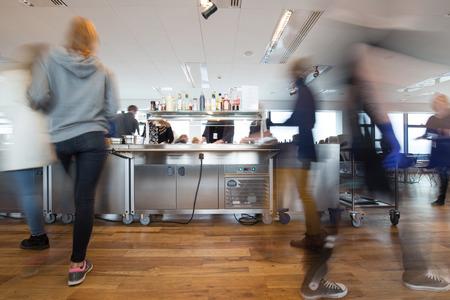Bewegung verwischt Menschen in der Mittagspause in einem belebten Kantine Standard-Bild