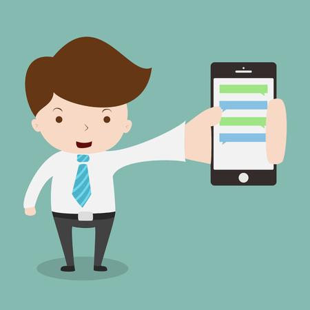 ejecutivo en oficina: Empresario mostrando smartphone con chatbox.