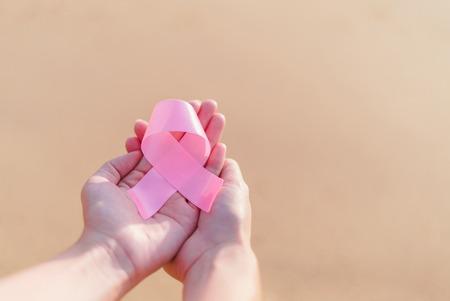 Concept de soins de santé et de la médecine - womans mains tenant ruban de sensibilisation de cancer du sein rose. Banque d'images - 74557705