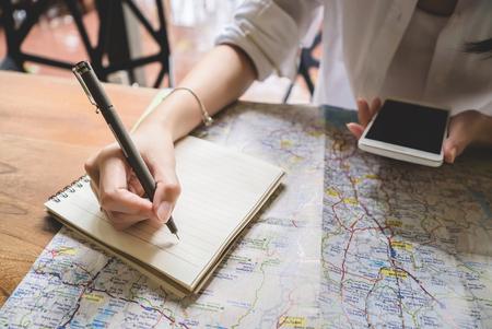 Jeune femme écrit dans le livre de notes tout en voyageant voyage de la liberté voyage de la recherche de la mer. concept de planification Banque d'images - 77157601