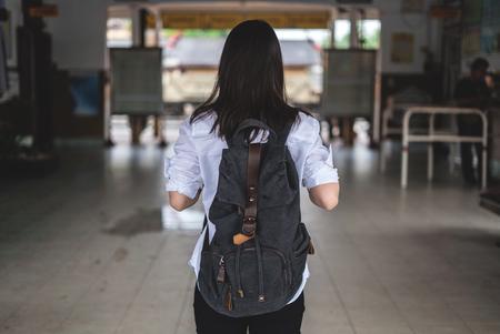 Fille de voyageur à pied et attendre le train sur la plate-forme de chemin de fer. Banque d'images - 77186750