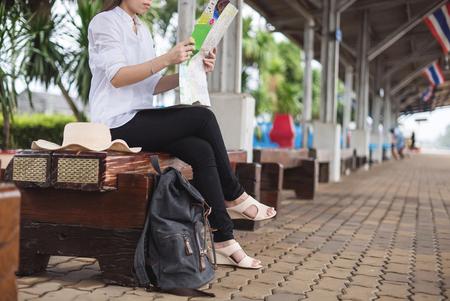 Fille de voyageur à pied et attendre le train sur la plate-forme de chemin de fer. Banque d'images - 77157599