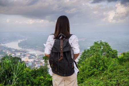Jeune femme avec un sac à dos en profitant du pic. Banque d'images - 77649705
