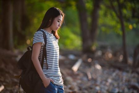 Jeune femme avec sac à dos. Banque d'images - 77649702