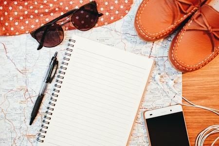 Ordinateur portable et accessoires de voyage sur fond en bois. Banque d'images - 85181130