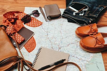 Vêtements pour femme et accessoires de voyage sur fond en bois. Banque d'images - 85181127