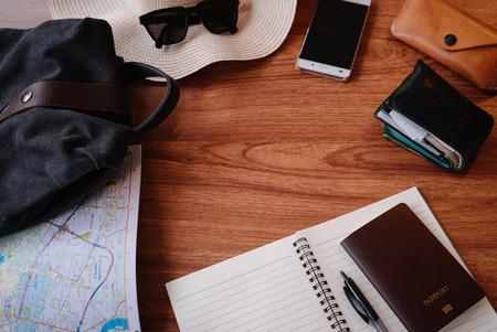 Costumes d'accessoires de voyage sur fond de table en bois avec espace texte. Banque d'images - 85181129
