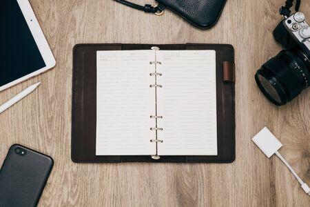 Widok z góry notebooka, aparatu fotograficznego, inteligentnego telefonu i akcesoriów, koncepcja tło wakacje podróży.