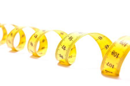 metro de medir: Laminados cent�metro amarillo aislado sobre fondo blanco