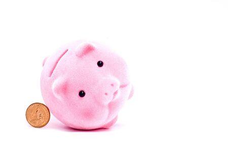 coinbank: inclinado cerdo rosa con moneda aislado en blanco  Foto de archivo