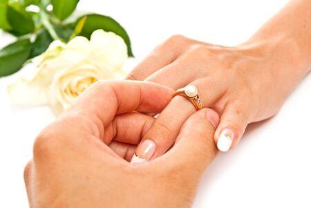 ring engagement: Manos del hombre y la mujer con anillo de oro. Sobre blanco  Foto de archivo
