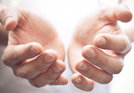 limosna: Macho las manos como si celebrar algo. Centrarse en dedos