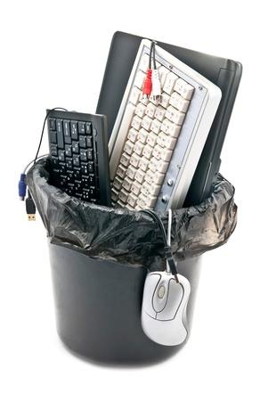 scrap: Ordinateur poubelle. Isol� sur fond blanc