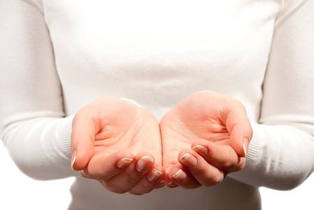 Le mani vuota Coppa donna su sfondo bianco
