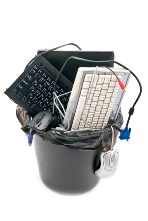 contaminacion ambiental: Papelera completa de hardware inform�tico usado. Port�til, teclados, cables... Aislados en blanco Foto de archivo