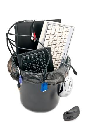 trash basket: Papelera completa de hardware inform�tico usado. Port�til, teclados, cables... Aislados en blanco Foto de archivo