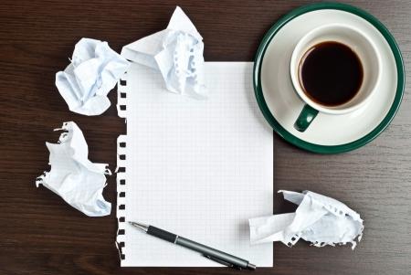 Matita su carta bianca con una tazza di caffè sulla scrivania scura Archivio Fotografico