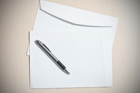 hojas membretadas: Dos sobres blancos con pluma de escritorio