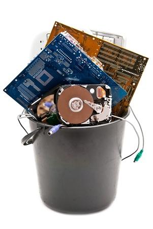 Equipo desechados, usados y antiguos hardvware. Aislados en fondo blanco Foto de archivo
