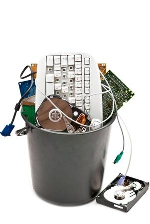 Equipo desechados, usados y antiguos hardvware. Aislados en fondo blanco