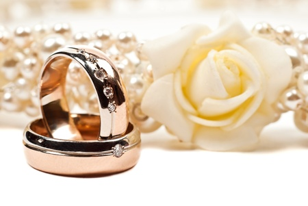 Par de anillos de boda de oro. Aislados en blanco Foto de archivo