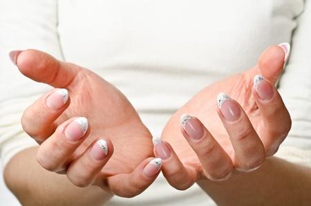 reaching hands: Vrouwelijke handen aan. Klaar om te voorwerp vast te houden