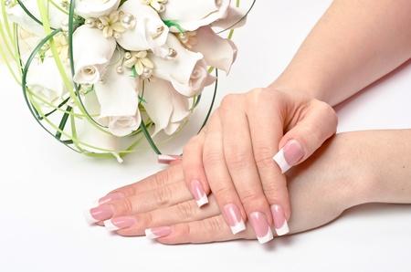 partes del cuerpo humano: Mujeres manos con manicura perfecta y flores - tratamientos de belleza