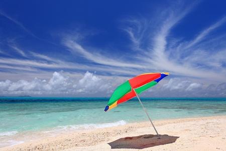 La plage et le parasol du solstice d'été