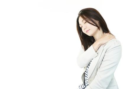 Mujer con dolor de cuello del hombro
