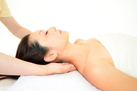 masaje corporal: La mujer recibe masaje corporal en el sal�n de spa