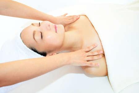 mujer elegante: La mujer recibe masaje en el sal�n de spa