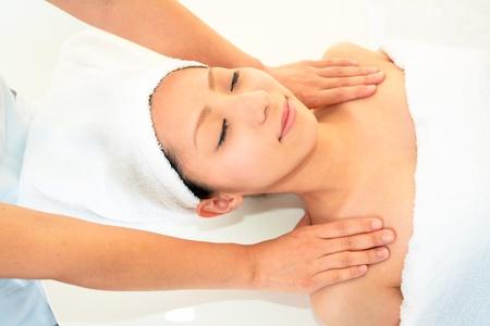 masaje corporal: La mujer recibe masaje en el sal�n de spa