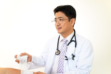injure: Orthopedic surgeon with a treatment