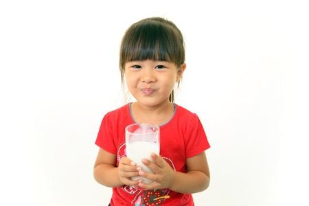 tomando leche: Chica leche de consumo